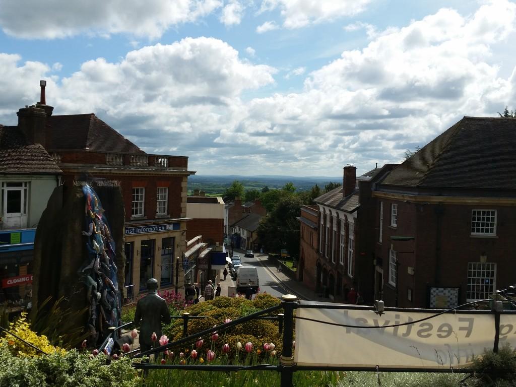 Hovedgaden i Great Malvern med Elgar Enigma-springvandet i venstre side