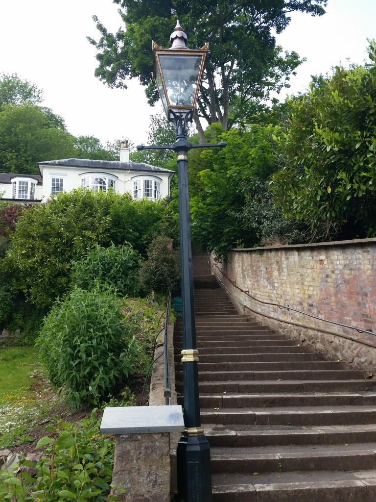 Lygtepæl i Malvern med trappe op ad bakken
