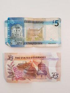 Fem-pund sedler fra hhv. Jersey og Guernsey