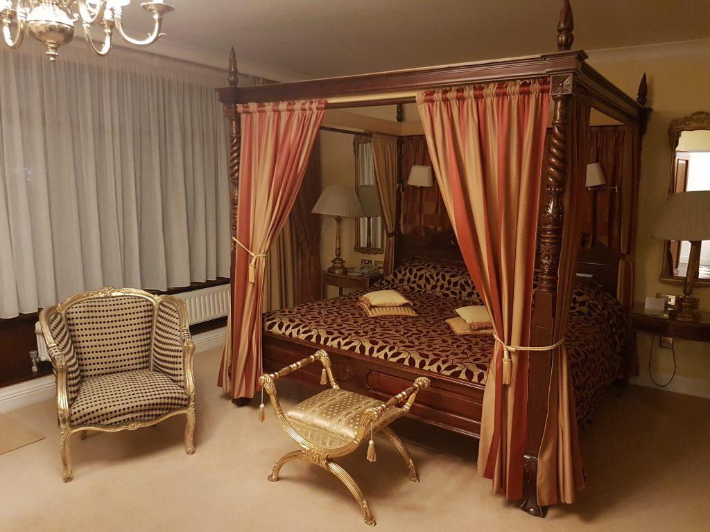 Soveværelset med himmelseng i Elizabeth Taylor-suiten på Gresham Hotel